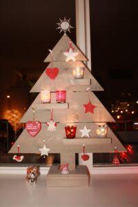 albero natale grigio decorazioni rosse