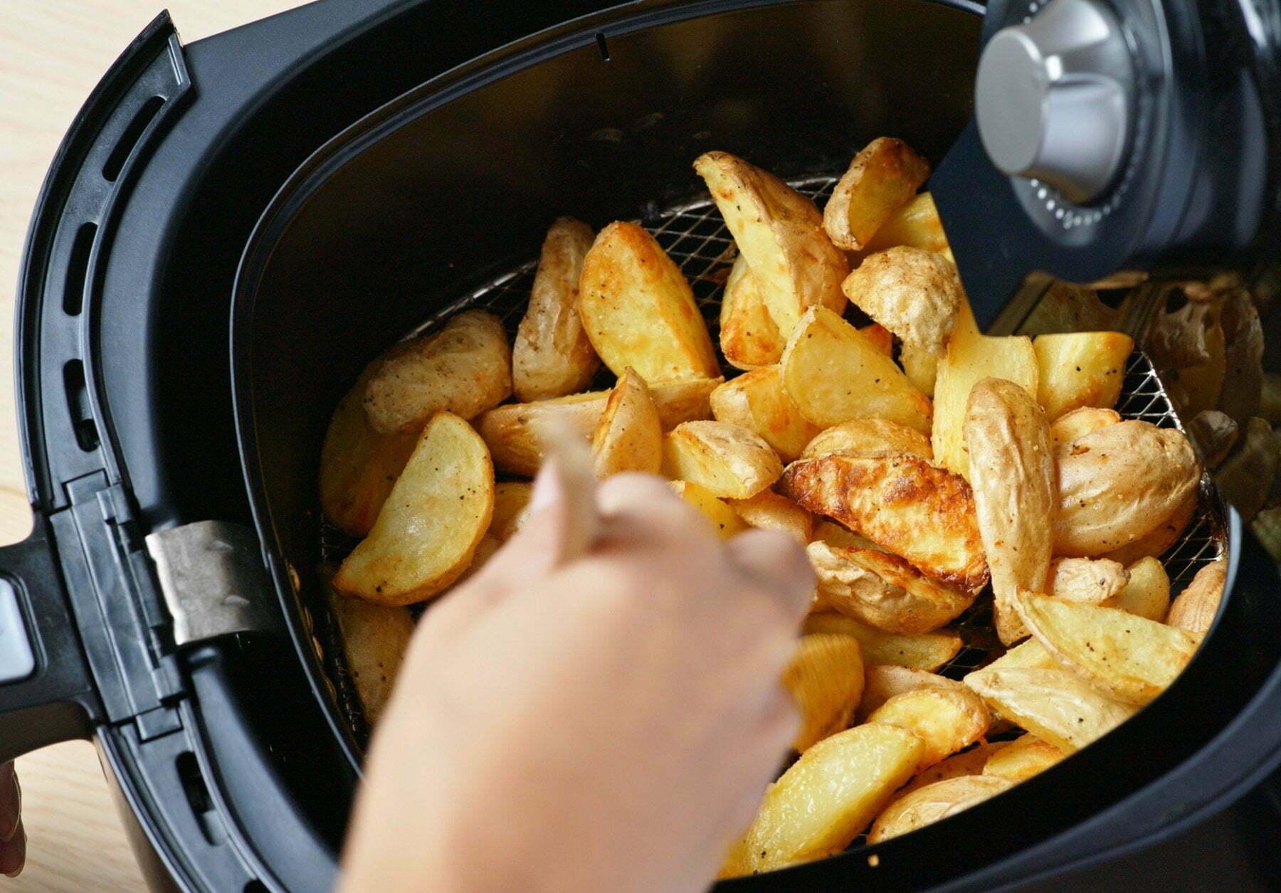 cestello con patate della friggitrice ad aria